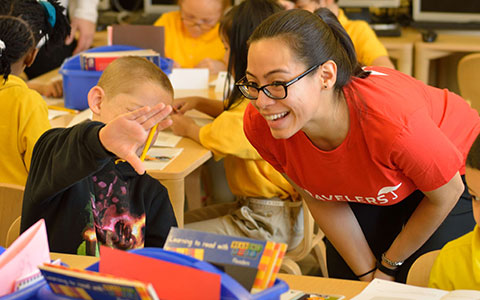 Travelers employee volunteering with Junior Achievement