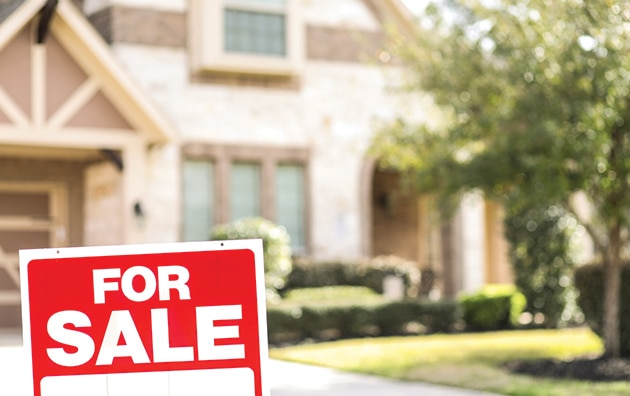 for sale sign in front of house, pros and cons of selling a house during COVID-19